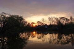 D?but de la matin?e aube Le soleil est refl?t? dans le lac Horizontal rural Russie image libre de droits