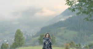 D?a de la persona chapada a la antigua La mujer en el mountainsm cárpato del fondo, visión perfecta 4K almacen de video
