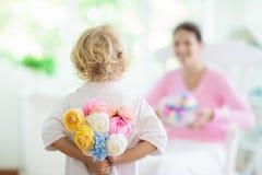 D?a de madres feliz Ni?o con el presente para la mam? fotografía de archivo