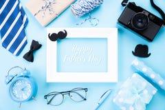 D?a de padre feliz Vista superior del lazo azul, caja de regalo hermosa, despertador, marco blanco con el tex feliz del día de pa imagen de archivo