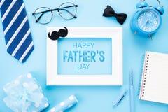 D?a de padre feliz Vista superior del lazo azul, caja de regalo hermosa, despertador, marco blanco con el tex feliz del d?a de pa fotografía de archivo libre de regalías