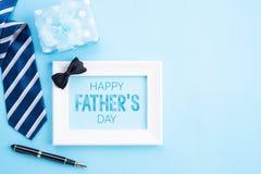 D?a de padre feliz Vista superior del lazo azul, caja de regalo hermosa, taza de caf?, marco blanco con el texto feliz del d?a de imágenes de archivo libres de regalías