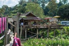 D - 16. Dezember 2016: Felder und Häuschen der Kaffeestube in Pua District, Nan Province, Thailand Stockbilder