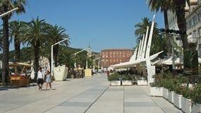 D?doublez, la Croatie - 07/22/2015 - vue de la promenade de bord de mer, de rue avec des maisons et de caf?s dans la vieille vill images libres de droits