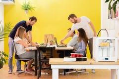 3D Drucker Machine With Designers im Hintergrund Stockfotos