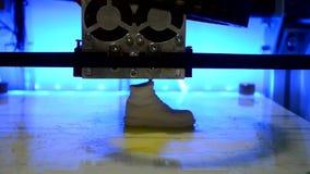 3D drukarka drukuje postać w białym klingerycie zdjęcie wideo