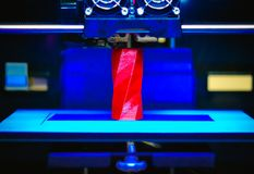3D drukarka pracuje przedmiot od gorącego stopionego klingerytu i tworzy Zdjęcie Royalty Free