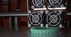 3D drukmachine op het werk aangaande de verwezenlijking van een nieuw voorwerp stock videobeelden