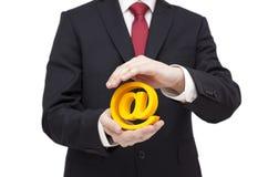 3d e-maildiesymbool door handen wordt beschermd Stock Fotografie