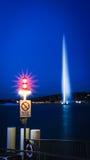 D'eau двигателя в Женеве, Швейцарии на ноче Стоковые Фотографии RF