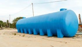 D'eau de réservoir les eaux usées en plastique bleues dehors Photo libre de droits