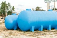 D'eau de réservoir les eaux usées en plastique bleues dehors Photographie stock