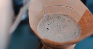 D? el caf? del goteo, agua de colada del barista en poso con el filtro almacen de metraje de vídeo