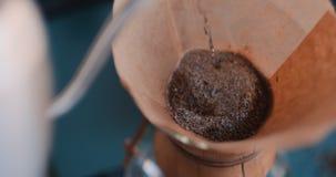 D? el caf? del goteo, agua de colada del barista en poso con el filtro almacen de video