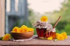 Dżem od dandelions na drewnianym stole Zdjęcie Stock
