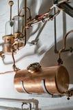 D'en cuivre toujours alambic à l'intérieur de distillerie images libres de droits