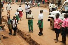 D'enfants regard africain attentivement à quelqu'un. Photos libres de droits