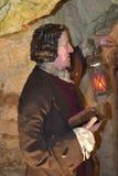 14/01/2018 d'enfer des cavernes du feu, Wycombe occidental Sir Francis Dashwood Tenez une vieille lampe et lire un livre Photographie stock