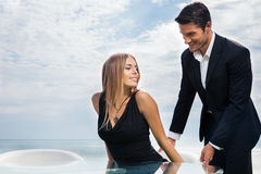 Dżentelmen pomaga jego dziewczyny Fotografia Stock