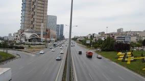 D100 a estrada Turquia Istambul Kartal Cevizli, tráfego não é intensiva video estoque