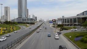 D100 a estrada Turquia Istambul Kartal Cevizli, tr?fego n?o ? intensiva video estoque
