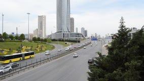 D100 a estrada Turquia Istambul Kartal Cevizli, tr?fego n?o ? intensiva filme