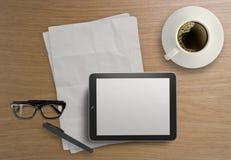 3d esvaziam a tabuleta e uma xícara de café Imagem de Stock Royalty Free
