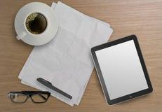 3d esvaziam a tabuleta e uma xícara de café Foto de Stock