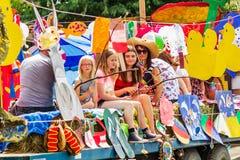 D?fil? de carnaval de Harthill par le village images libres de droits