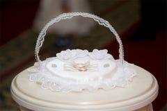 3d frambragt bildcirkelbröllop på ställningen i en ask royaltyfria foton