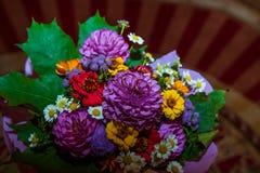 3d frambragt bildcirkelbröllop Två guld- cirklar av brud- och brudgumlögnen på en ovanlig mångfärgad bukett av blommor med tusens fotografering för bildbyråer