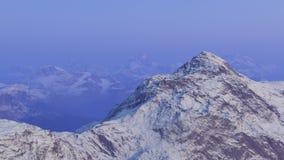 3d frambragt landskap: Dimmiga berg Royaltyfri Bild