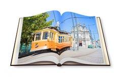 3D framför av en öppnad photobook med det typiska transportmedlet Arkivfoton