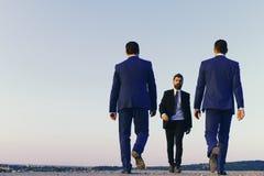 3d framför Ledare har affärsmöte Affärsmän med säkra framsidor Royaltyfri Bild