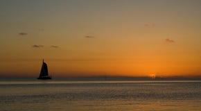 3d framför segelbåtsolnedgångarbete Arkivbild