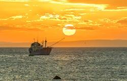 3d framför segelbåtsolnedgångarbete Royaltyfri Bild