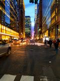 42d gata NYC på skymning Royaltyfri Fotografi