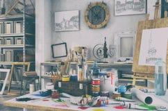 3d geef - artistiek materiaal in een retro studio - kijken terug Stock Afbeeldingen