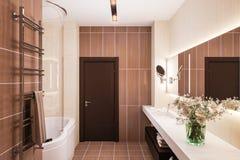 3d geef binnenlands ontwerp van een moderne badkamers met een grote spiegel terug Royalty-vrije Stock Foto