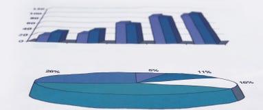 3d geef De Grafiek van de Effectenbeurs met het Uitgaan van Pijl terug Stock Foto