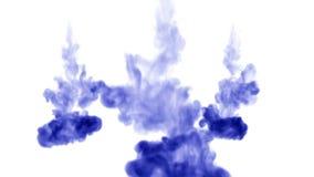 3d geef van blauwe inkt terug oplost in water op witte achtergrond met lumasteen als alfakanaal voor visuele gevolgen en stock video