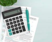 3d geef van Britse belastingsvorm terug met calculator Stock Afbeeldingen