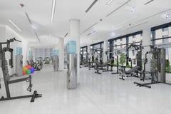 3d geef van een geschiktheidscentrum terug in een groot, lang gebouw Stock Afbeeldingen