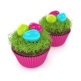 3d geef van Pasen-muffin met gras en eieren terug Stock Afbeeldingen