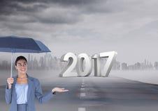 3D 2017 gegen das zusammengesetzte Bild der Frau einen Regenschirm auf Straße halten Stockbild