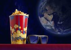 3d glazen en popcorn op leunstoelbioskoop Stock Afbeelding