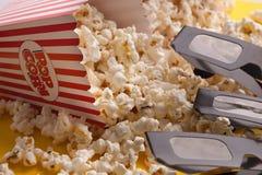 3D glazen en popcorn op rode achtergrond Royalty-vrije Stock Foto
