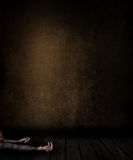 3D grunge izbowy wnętrze z kobietą kłaść na podłoga Zdjęcie Stock