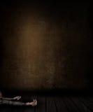 3D grunge izbowy wnętrze z kobietą kłaść na podłoga Zdjęcie Royalty Free