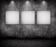 3D grunge wnętrze z puste miejsce obrazkami pod światłami reflektorów Obrazy Royalty Free